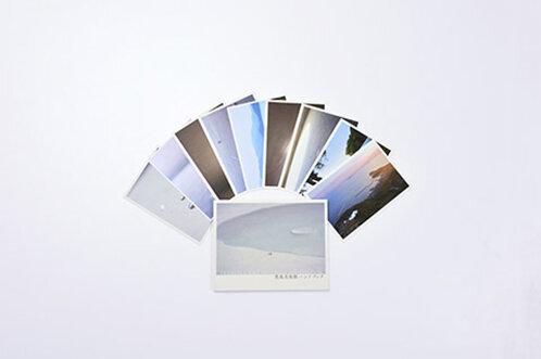 「豊島美術館ハンドブック」1,047円(税込)/写真下、 ポストカード 各157円(税込)/写真上